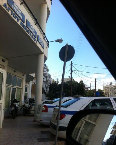 Οχήματα της αστυνομίας σταθμευμένα κάθετα, μοτοσυκλέτες ιδιωτικές και της αστυνομίας πάνω στο πεζοδρόμιο
