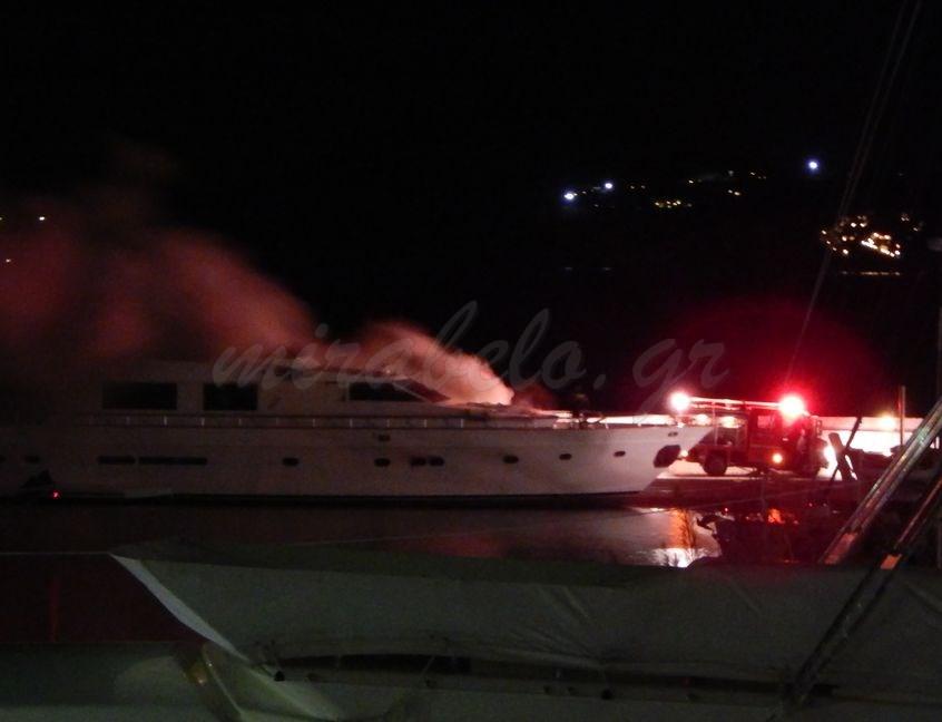 Μαρίνα Αγίου Νικολάου, φωτιά σε σκάφος, άφιξη πυροσβεστικής - 201412101817-s