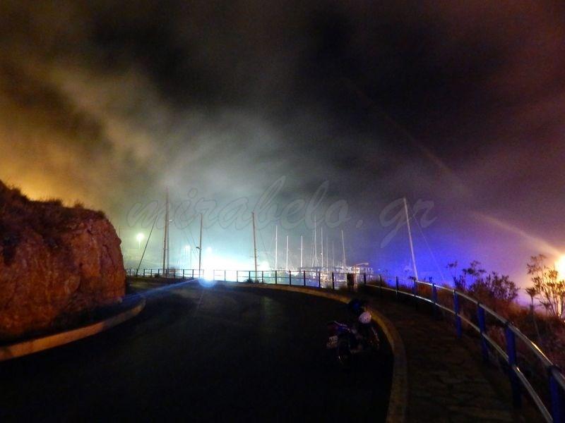 Μαρίνα Αγίου Νικολάου, φωτιά σε σκάφος, αποπνικτική ατμόσφαιρα από τους καπνούς - 201412101819-s