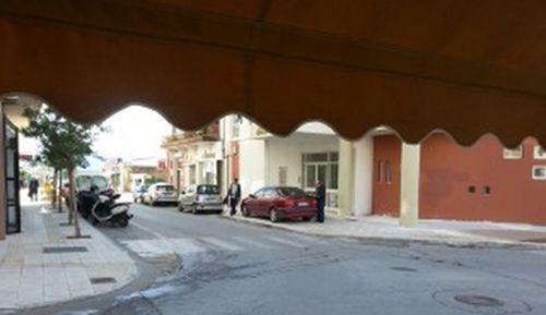 Αγιος Νικόλαος, αυτοκίνητο πάνω στο πεζοδρόμιο, μπροστά στο δημαρχείο - 20150115_132923